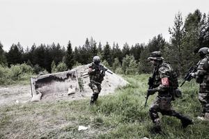 Spaningsgrupp patrullerar skogen i fiktiva