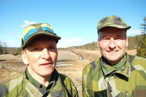 """Hans Andersson och Sven Mattsson, som arbetar på Fältjägargruppen  i Östersund, var i helgen i Gäddede och höll i en stor hemvärnsövning. """"Varje år har vi stor övning"""", säger Sven Mattsson."""