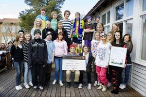 Kastalskolans Friendsrepresentanter fick ta emot ett stipendium på 25000 kronor under fredagen eftersom skolan utsetts till Årets Friendsprestation 2010.  Foto: Ulrika Andersson