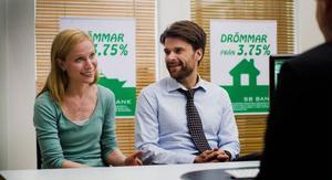 Peter Magnusson som Eric och Karin Lithman som Emma i den inte alls roliga komedin
