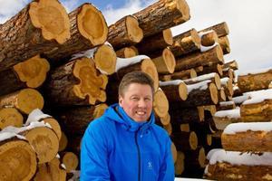 Lars Svensson är råvaruansvarig vid Rödins trä. Ett företag där gasen innan stormen var nedtryckt i botten nu har den gått genom golvet.