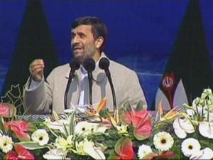 Förtryckare. Irans president Ahmadinejad bland blommor när maktövertagandet firas, men hans regim förfäljer oppositionella.foto: scanpix