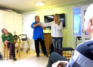 Bart Smyth tog hjälp av enhetschef Eva Törnberg för att visa grunderna i Tai Chi.