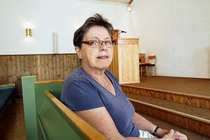 Ingrid Eriksson är orolig över utvecklingen för landsbygdens frikyrkor. Här sitter hon i Lugnviks missionskyrka som tillhör den församling hon är ordförande i.
