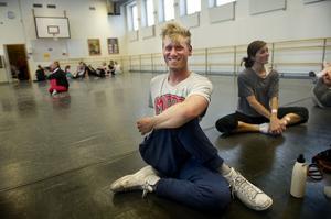 Johnny Johansson är utbildad musikalartist och har gästat Örnsköldsvik två gånger tidigare som instruktör.