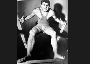 1965. Bilden är daterad den 27 oktober 1965. Pelle Svensson har redan hunnit ta ett OS-silver i brottning i Tokyo året före och ytterligare två VM-guld, två EM-guld och tre EM-brons skulle så småningom följa. Därefter svingade sig Svensson vidare i karriären som stjärnadvokat med en lång rad uppmärksammade brottmål.