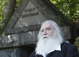 Darrel Blaine porträtterar Walt Whitman och läser poesi vid författarens grav.