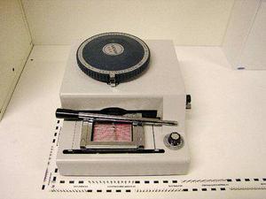 En maskin som används för att prägla in kortnummer i relief hittades innanför bakluckan på en hyrbil som de misstänkta i Åre disponerade.