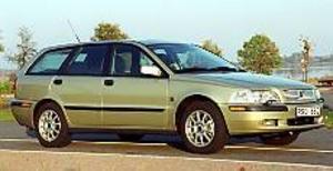 Foto: OLLE HILDINGSON Elegant kombi. Volvos 40-serie har uppgraderats efter fem år. Utseendet är bara marginellt ändrat, spoliern fram och baklyktorna har ändrats. Under skalet är dock mycket nytt.