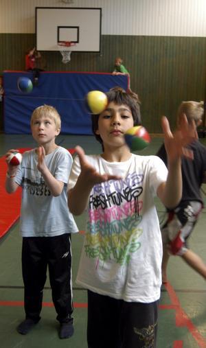 Koncentration. Det gäller att vara på allerten om det ska gå att hålla reda på bollarna i jonglering.