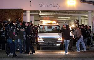 Tidigt på söndagsmorgonen flyttades popstjärnans kropp från Beverly Hilton Hotel.