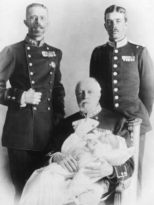 Fyra generationer kungafamiljen. Denna bild togs någon tid efter hertigen av Västerbottens födelse och visar kung Oscar II (sittande), med den nyfödde tronföljaren Gustaf Adolf) i famnen, dåvarande kronprins Gustaf (till vänster) och prins Gustaf Adolf (senare kung Gustaf VI Adolf).