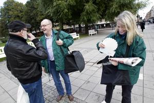 Chefredaktören Sven Johansson stötte på en bekant mitt i tidningsruschen. Reportern Eva Carlsdotter gjorde dem sällskap.