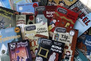 Martin Widmark arbetar med flera serier parallellt. Hans böcker har översatts till ett trettiotal språk. I kväll gästar han Bokens afton i Ludvika.