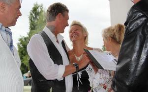 – Ja! Göran och Lena Lundvall, Orsa, avgav sina löften inför prästen Anders Åkerlund, Rättvik, och många vittnen vid 16:30-tiden. Foto: Eric Salomonsson