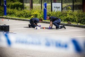 Polis undersöker platsen där misshandeln ägde rum.