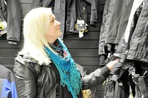Inte bara skoter till salu. Marie Theodorsson från Lillhärdal kollar in utbudet av jackor hos en av skoterhandlarna i Sveg.