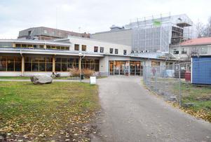 Takarbetena gör att området runt kulturhuset fortfarande ser ut som en byggarbetsplats. Men i januari nästa år ska samtliga arbeten vara slutförda.