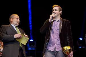 """Prisades. Martin Boquist vann priset som årets tränare och fick ta emot priset av Lennart """"Liston"""" Söderberg. Boquist hyllade sina spelare i tacktalet. FOTO: MARGARETA ANDERSSON"""