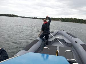 Kustbevakningens Johan Hellquist i färd med att ta upp olagliga ålryssjor under ett uppdrag i Roslagens skärgård.
