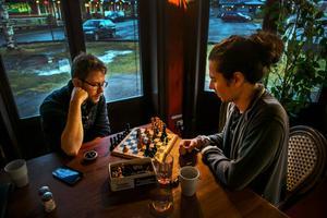 Karl Kristiansson, butikschef, och Vincent Juhlin, barchef på hotellet, spelar schack i väntan på att gästerna ska komma.