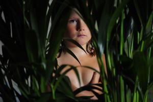 Sexåriga Isabella Lindquist spelar lillasyster Sara med orubblig integritet.