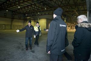 En rundtur i flera av den stora industrilokalerna. Nicklas Nyberg ser stora möjligheter, säger han.