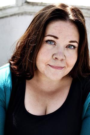 Serieskaparen Malin Biller är känd för sina humoristiska strippar. I sin nya bok bildtolkar hon nationalskalden Fröding.   Foto: Julia Lindemalm/Kolik
