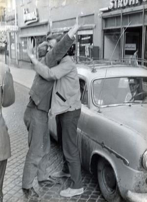 Bilden är tagen på 50-talet, det vet vi. Kan du berätta mer om hur det var att åka runt på kullerstensbelagda gator då?