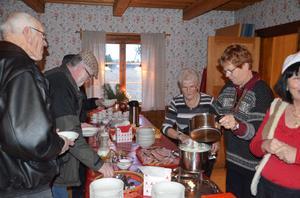 Julgröten fylls på. Julgröt och skinksmörgås gick åt. Gunvor Wester och Laila Nilsson hjälps åt.