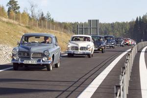 22 gamla volvobilar, både PV och Amazoner drog iväg i en lång karavan när Europavägen öppnades för trafik.