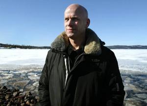 Mer än väntat. Peter Jansson från Maserfrakt, som på entreprenad tagit på sig att frakta bergmassorna från Skackelbacken, konstaterar att det går åt mer än vad som preliminärberäkningarna pekat på.