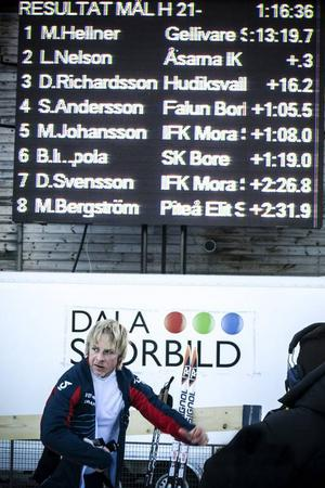 Lars Nelson framför resultattavlan som visar att han tagit sin första individuella SM-medalj.