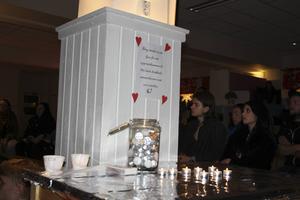 Besökarna hade möjlighet att tända ett ljus för att uppmärksamma de aids- och hiv-drabbade människorna i världen.
