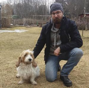 För att få slut på attacken från den aggressiva hunden såg Patrik Carlenberg ingen annan råd än att knivhugga hunden. Den dog av sina skador och nu är han polisanmäld för djurplågeri. Med på bilden också familjens hund Hampus som blev svårt biten av den aggressiva hunden.