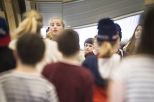Maddi Andersson från Per Jonsson Dance Center leder dansen.