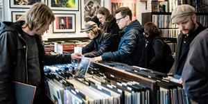 Har du ett gäng gamla vinylskivor i ditt förråd? Då kan det vara värt att kika igenom dem, eftersom skivbacken kan vara rena guldgruvan. Hittar du Bathorys debutalbum från 1984, mer känt som