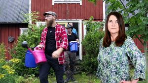 Deltagarna i teveserien Nedsläckt land tvingas gå ut i skogen för att hämta vatten i hinkar och kannor. Foto: SVT