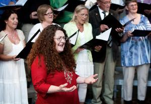 Jennifer Ferguson  sjunger med en kör i Sydafrika, där sångerskan bott och arbetat  tidigare.