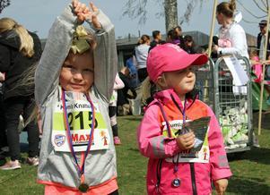 Tuva Lyckvin och Olivia Kivling njöt när de kom i mål efter att ha sprungit Knatteloppet runt Kumlasjön, som ingick i Kumla Stadslopp.