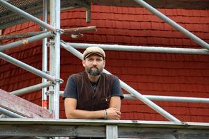 Martin Nilsson, byggledare på Kulturmärkt M, som gör den utvändiga renoveringen på Kånsta kvarn.