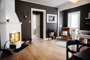 När väggarna målades grå blev den öppna spisen mer framträdande  i rummet.