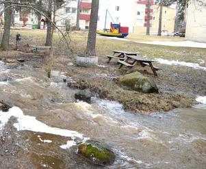 Natten till onsdag bildades en sjö när ett rensgaller satte igen en bäck på Kungsgårdsvägen i Falun.