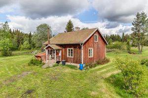 1½-plans villa med fint läge. Huset är i behov av renovering – potential att kunna bli en charmig idyll för den med idéer. Foto: Carina Heed