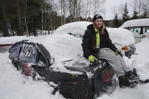 15 februari. Ing-Marie Heed Dahlman och övriga i folkraceteamet Rävväla Räjsing i Saxdalen har i 20 år haft sina bilar uppställda på en kommunal tomt. Men nu kräver kommunen att bilarna flyttas. Kommunen känner oro för att föroreningar från bilarna kan rinna ned i en liten närbelägen bäck.