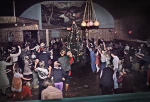 Varje tjugondag Knut dansade man ut julen på  Strömsborg, med festligheter för alla barnen. Men även de vuxna trivdes att kunna leka runt granen. Foto: Familjen Grundström