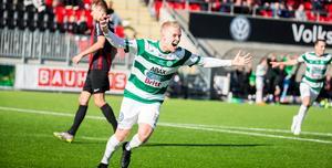 Simon Johansson springer ut mot VSK-klacken efter sitt 2-1-mål.