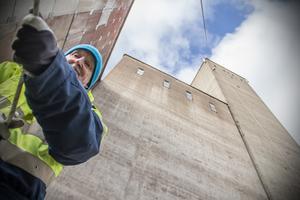Ett av flera paket har nästan hissats upp av Michael Everz till toppen av byggnaden där Börje Nordlander väntar.
