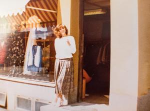Mina utanför butiken på Nygårdsgatan 7 för 40 år sedan. Där höll hon till i 30 år innan hon flyttade butiken till Bangatan. Foto: Privat