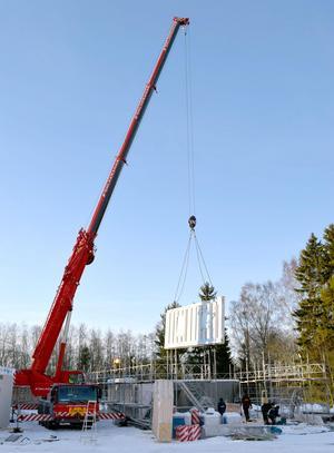 De tyngsta av väggelementen, prefabricerade i Finland, väger 1,3 ton.